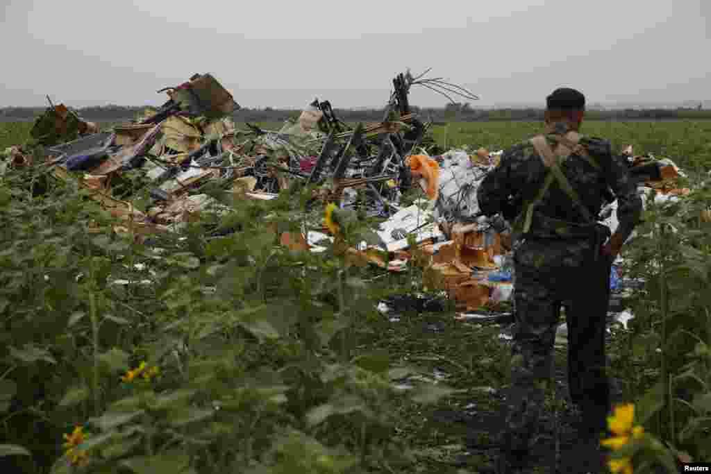 Пророссийские сепаратисты на месте падения лайнера. 18 июля 2014 года