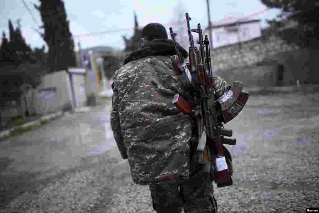 Солдат армии самопровозглашенной Нагорно-Карабахской республики в районе Мардакерта, Нагорный Карабах, 4 апреля 2016