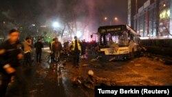 Спасатели работают на месте теракта в Анкаре