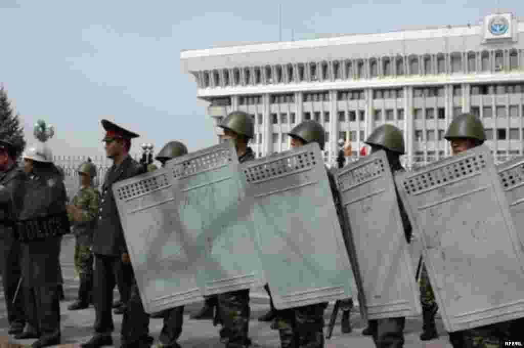 Милиция и сотрудники безопасности выстроились у здания Дома правительства в Бишкеке в день протеста