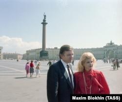 Дональд Трамп с женой Иваной на Дворцовой площади, 1 июля 1987 года