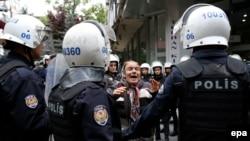 Протесты против ареста Нурие Гульмен и Семиха Озакча