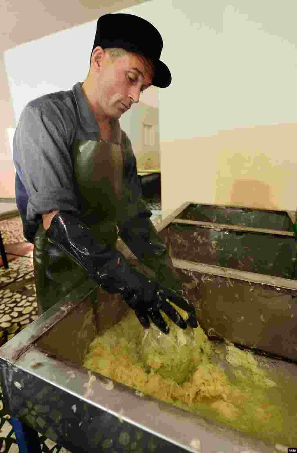 Усердно трудясь на заводе, заключенные могут выйти на свободу досрочно