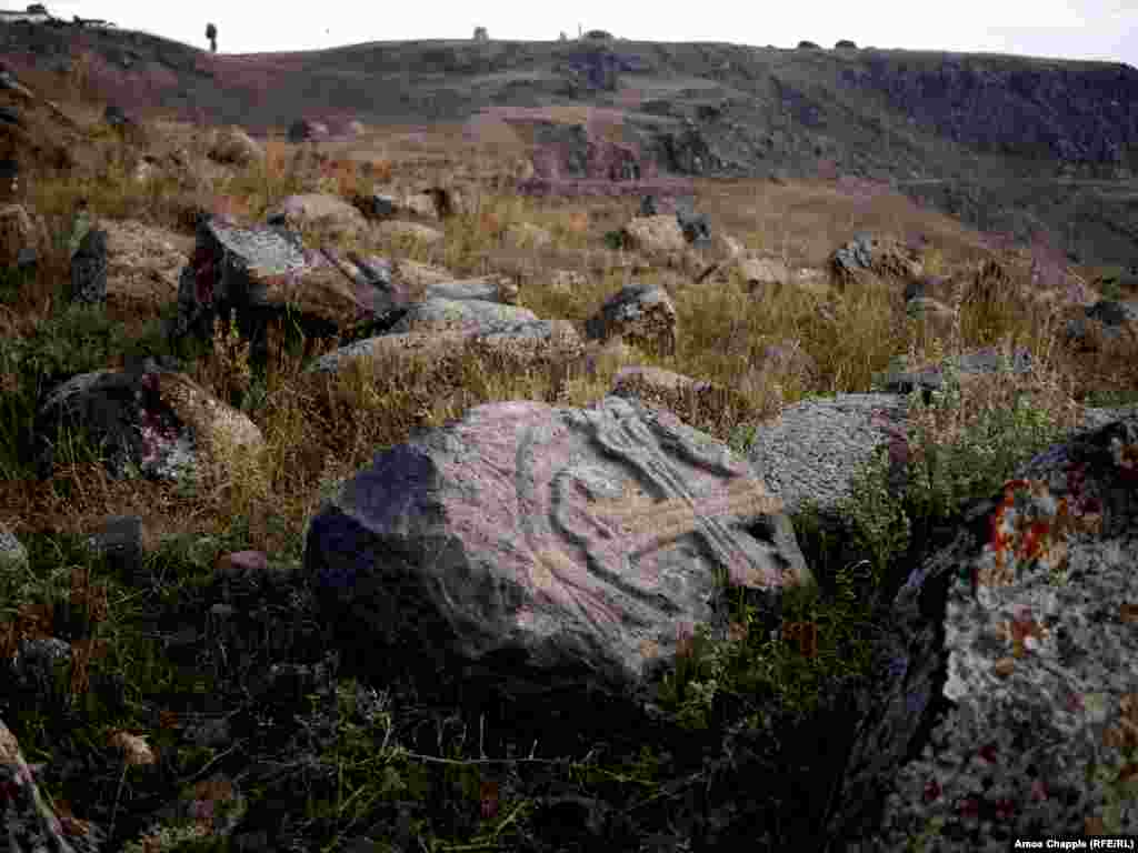 Старинное армянское кладбище в Карсе, расположенное на высоком холме над городом, тоже находится без присмотра. Многие надгробные плиты на нем вывернуты из земли, а могилы армян разграблены