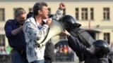 """Борис Немцов во время митинга """"Марш миллионов"""" на Болотной площади, 6 мая 2012"""
