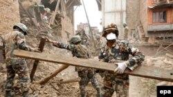 Непальская армия разбирает завалы после землетрясения