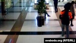 Молодой человек, напавший на посетителей, идет по торговому центру. Кадры видеонаблюдения