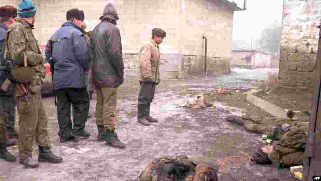 После того, как сотни российских военных погибли во время первого штурма, Россия поменяла тактику На фото –чеченцы осматривают тела российских солдат, 1 января 1995 года
