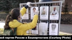 A Libertarian Party representative arranges a memorial in September 2020 to doctors who died from COVID-19 in Ufa, the regional seat of Bashkortostan.