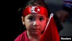 Девочка на проправительственной демонстрации в ходе неудавшейся попытки переворота 20 июля 2016.
