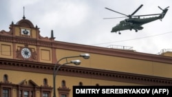 Вертолет Ми-35МС приземляется на посадочную площадку здания ФСБ на Лубянской площади в Москве