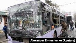 Обстрелянный 22 января троллейбус в Донецке, фото Reuters