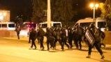 Сотрудники белорусского ОМОНа во время протестов ночью 10 августа в Минске