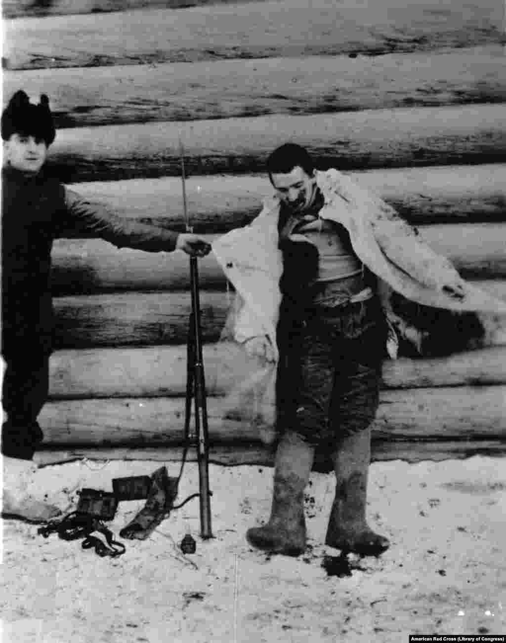 Американский военнослужащий и раненый большевик в Архангельске (фотография из архивов армии США)