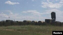 Военные грузовики на аэродроме в Джанкое, Крым