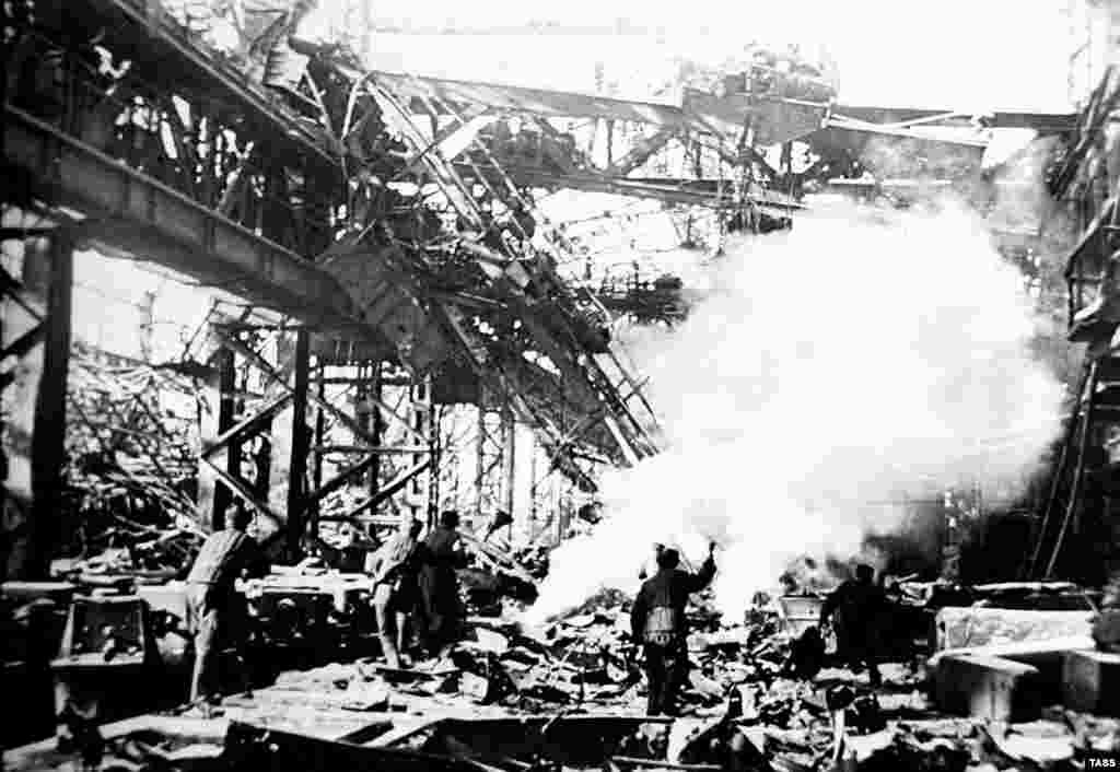 """Бой на территории завода """"Красный Октябрь"""" в Сталинграде в 1942 году."""