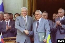 Президенты Украины и России Леонид Кравчук и Борис Ельцин после церемонии подписания соглашения по Черноморскому флоту. Ялта, 3 августа 1992