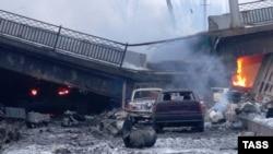 Разрушенный Путиловский мост в окрестностях Донецкого аэропорта, Украина