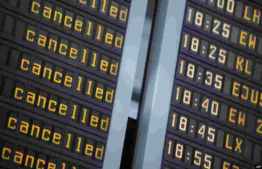 Табло с отмененными рейсами в аэропорту Берлина, Германия. 27 марта 2020