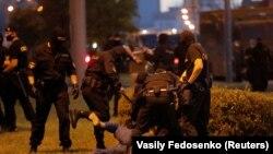 Сотрудники ОМОНа избивают протестующего 9 августа 2020-го