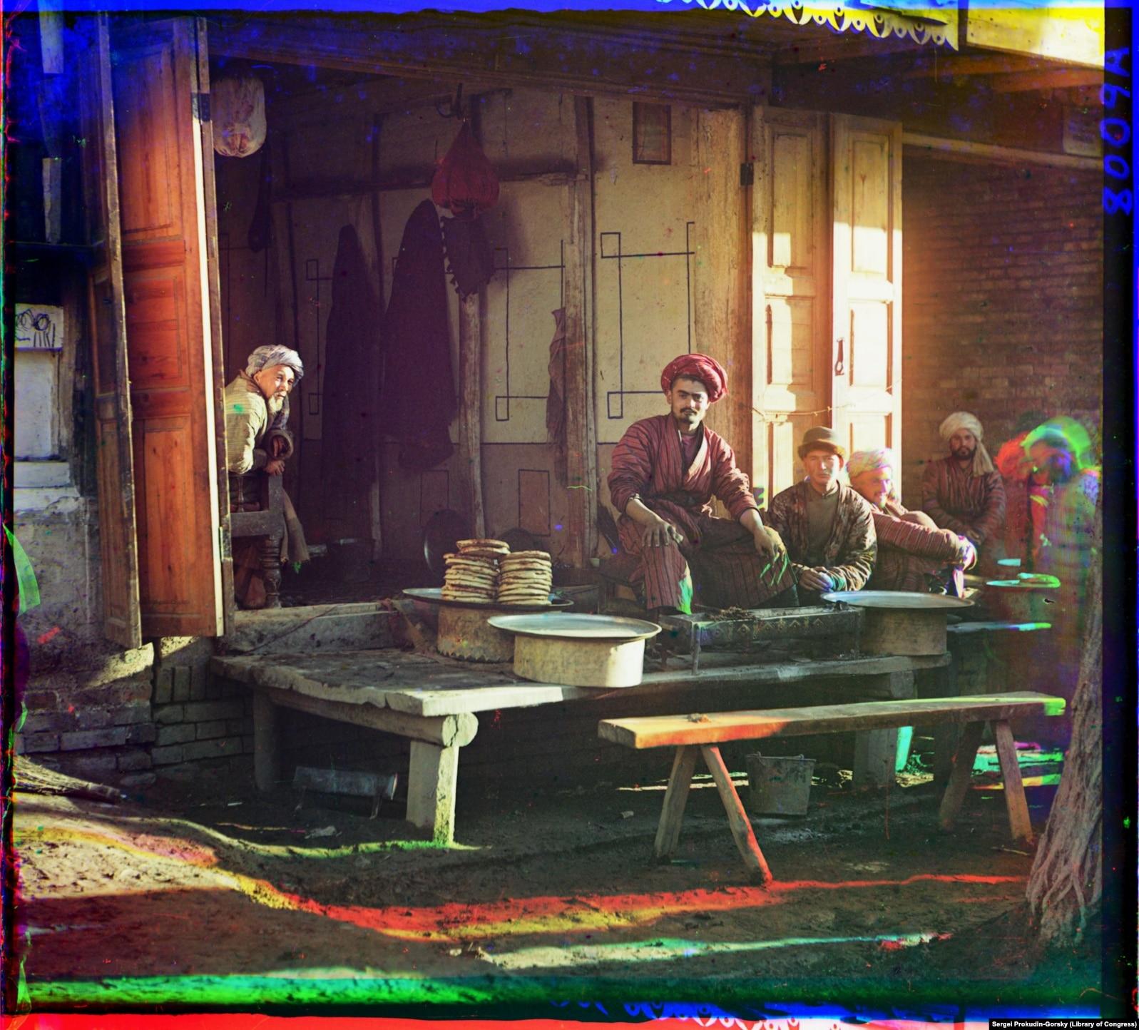 Шашлычник во время отдыха после приготовления очередной порции блюда на углях в ресторане в Самарканде