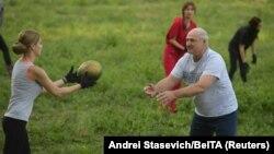Александр Лукашенко во время уборки урожая бахчевых, 29 августа 2019 года