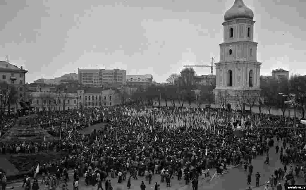 Демонстрация в Киеве в честь 71-й годовщины провозглашения в 1919 году Акта об объединении Украинской Народной Республики (УНР) и Западно-Украинской Народной Республики (ЗУНР) в единое украинское государство, 21 января 1990 года
