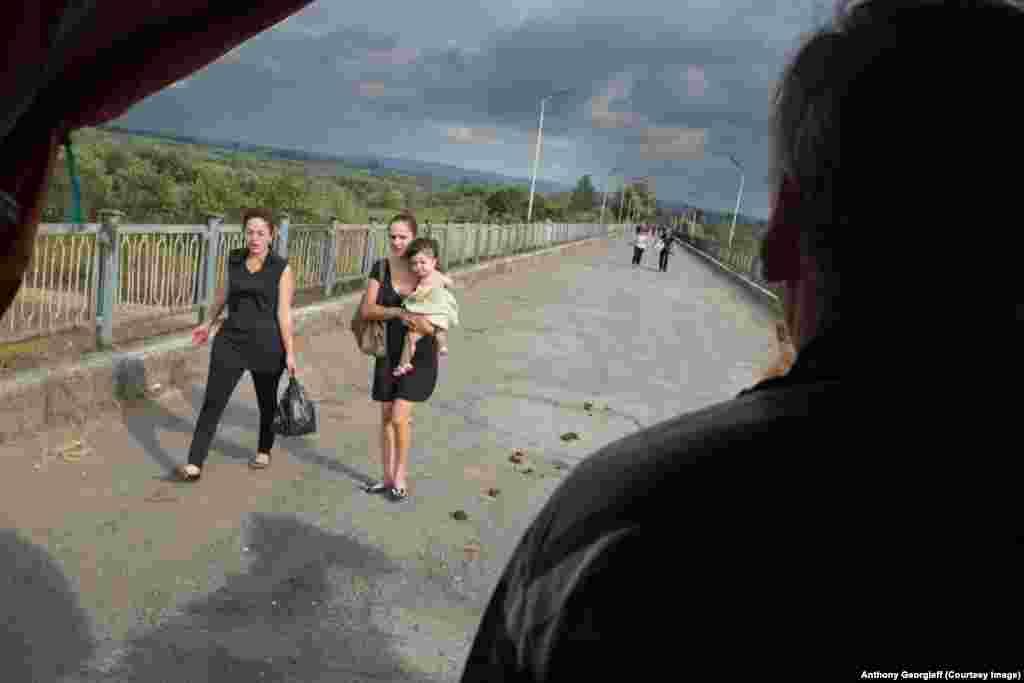 Те, кто не может позволить себе поездку, идут через мост пешком. Границу патрулируют около трех с половиной тысяч российских военнослужащих.