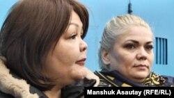Наталья Слекишина (справа) после выхода из СИЗО. Слева - ее адвокат Айман Умарова. Алма-Ата, 3 февраля 2017 года.