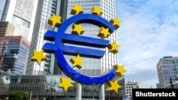 Знак евро у здания Европейского центрального банка во Франкфурте