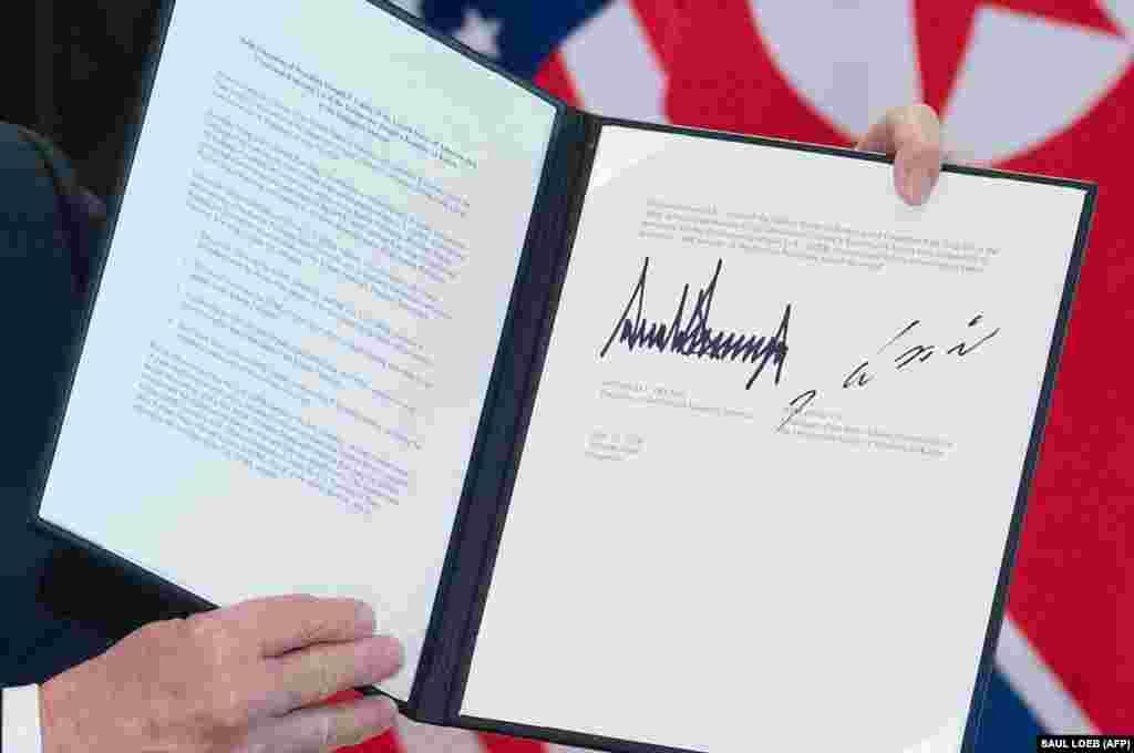 """Вскоре после подписания фотографию документа опубликовало агентство Франс Пресс (AFP). Это рамочное соглашение, на основе которого будут выстраиваться дальнейшие взаимоотношения Пхеньяна и Вашингтона. Согласно документу, лидер КНДР подтвердил намерение обеспечить """"полную денуклеаризацию"""" Корейского полуострова и """"долгий и прочный мир"""", а президент США – """"гарантии безопасности"""" Северной Корее"""