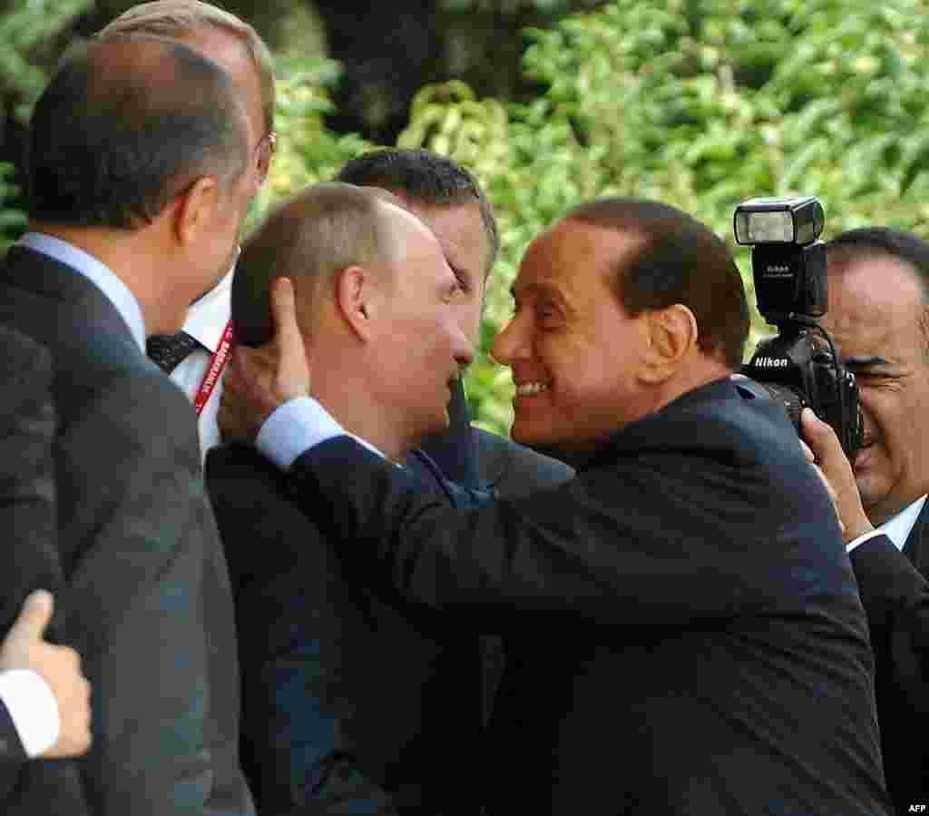 Премьер-министр Италии Сильвио Берлускони целует Владимира Путина в Анкаре в 2008 году на глазах у премьера Турции Реджепа Эрдогана