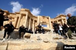 Российские военные и сирийские музыканты после освобождения Пальмиры. 5 марта 2017 г.
