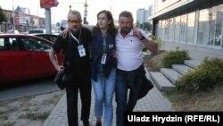 Раненая Наталья Лубневская с коллегами 10 августа 2020 года