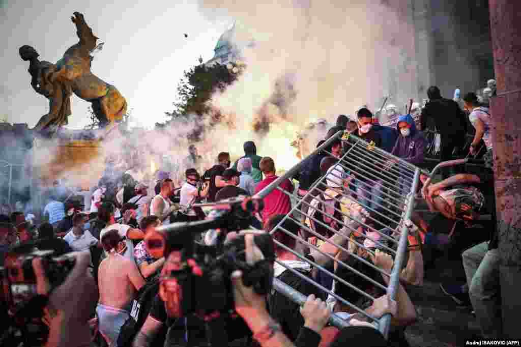 Столкновения протестующих с полицией перед зданием Национальной ассамблеи Сербии в Белграде 8 июля 2020 года во время акции против введения комендантского часа на выходных, объявленного для борьбы с COVID-19