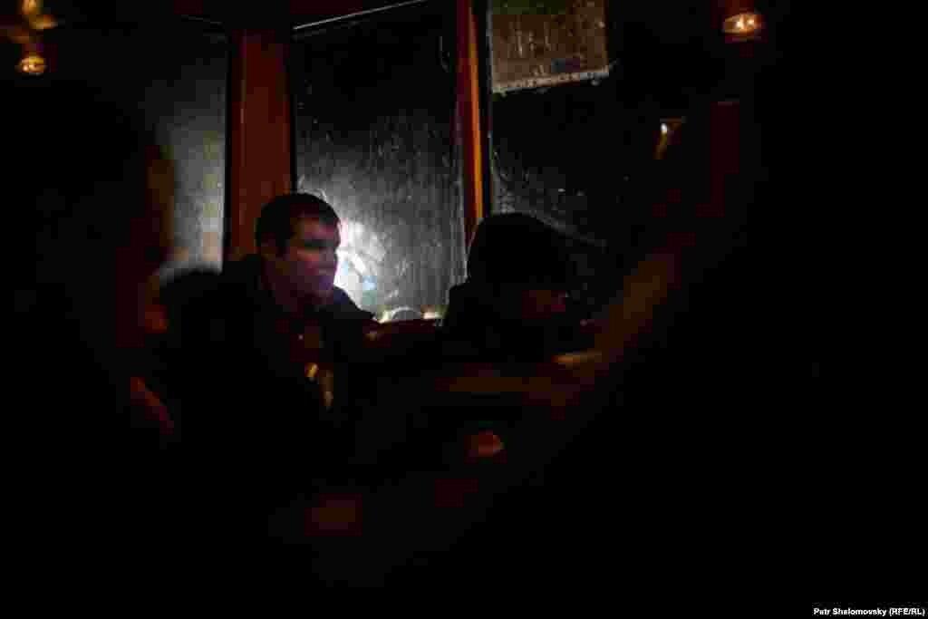 """Донецк, обмен пленными между сепаратистами """"ДНР"""" и киевскими силовиками, представители """"ДНР"""" отпустили 16 человек. Фото Петр Шеломовский, """"Настоящее время"""""""