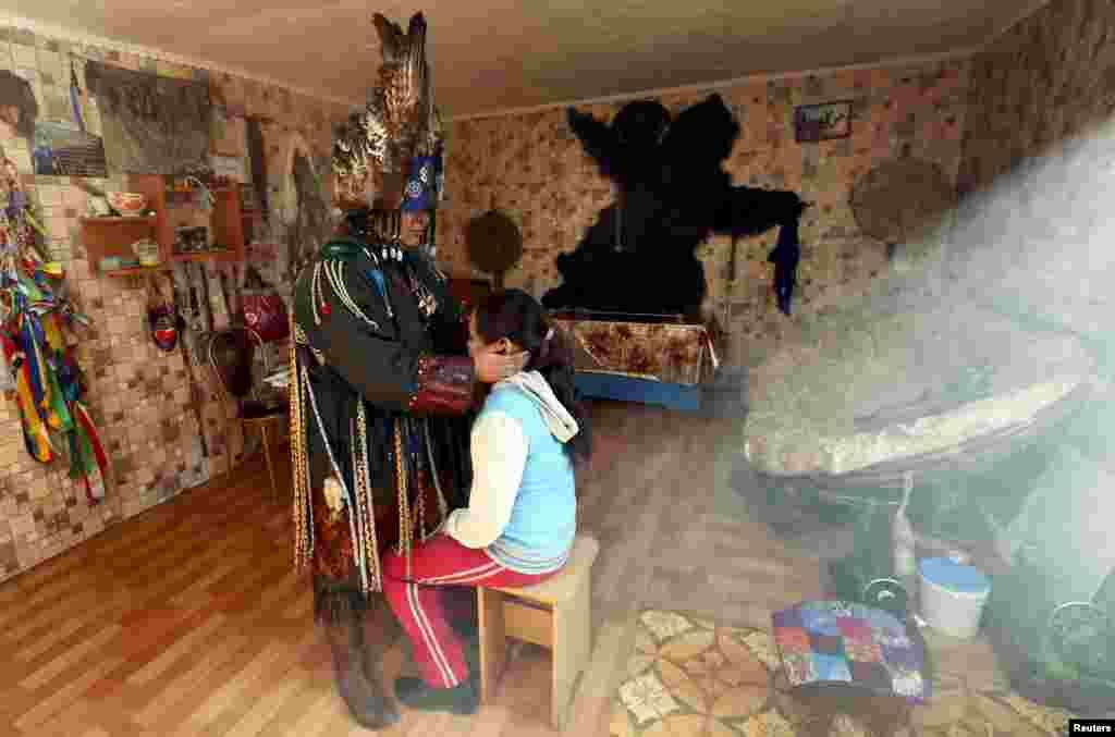 Шаманами становятся не только мужчины. Этнографы и вовсе утверждают, что первыми шаманами были именно женщины На фото - Саида Монгуш, женщина-шаман, которая пытается исцелить 9-летнюю девочку от врожденного искривления позвоночника