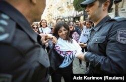 Азербайджанские силовики задерживают активистку во время протеста против домашнего насилия, 20 октября 2019 года, Баку