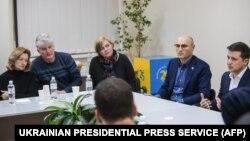 Зеленский на встрече с родственниками украинцев, погибших в катастрофе самолета
