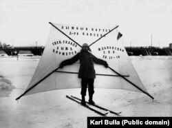 Мужчина с лыжным парусом на замерзшей Неве. Приблизительно 1910 год