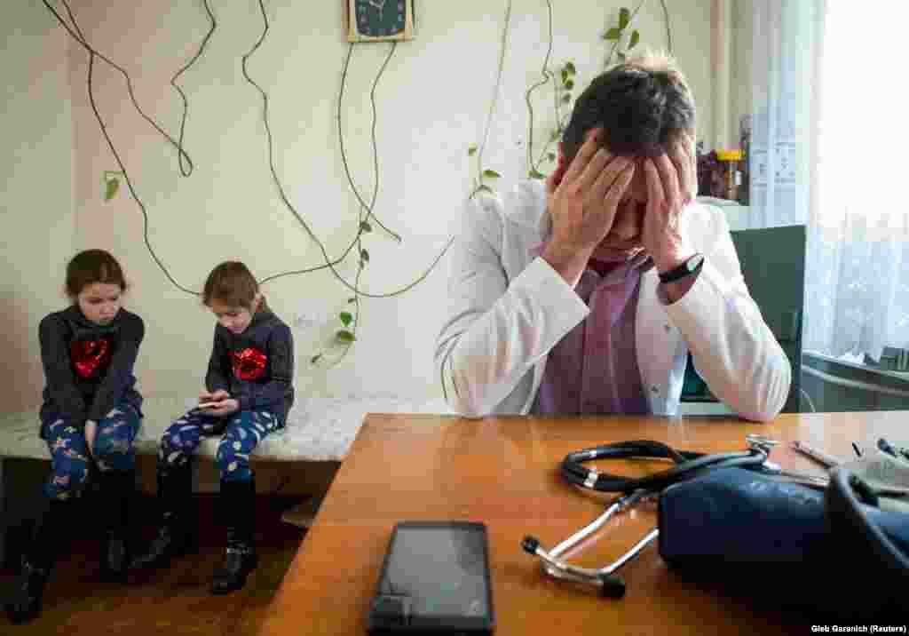 Юные пациентки на приеме у доктора
