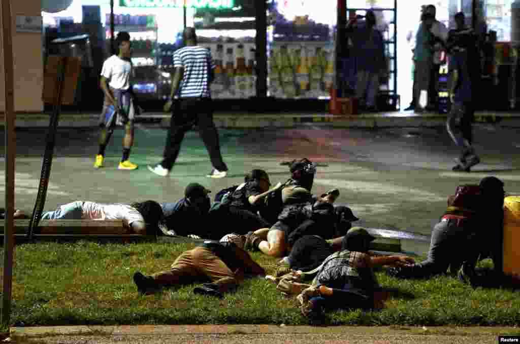 Полиция сообщила, что в ходе митинга раздались выстрелы, протестующие перекрыли улицы и начали грабить магазины