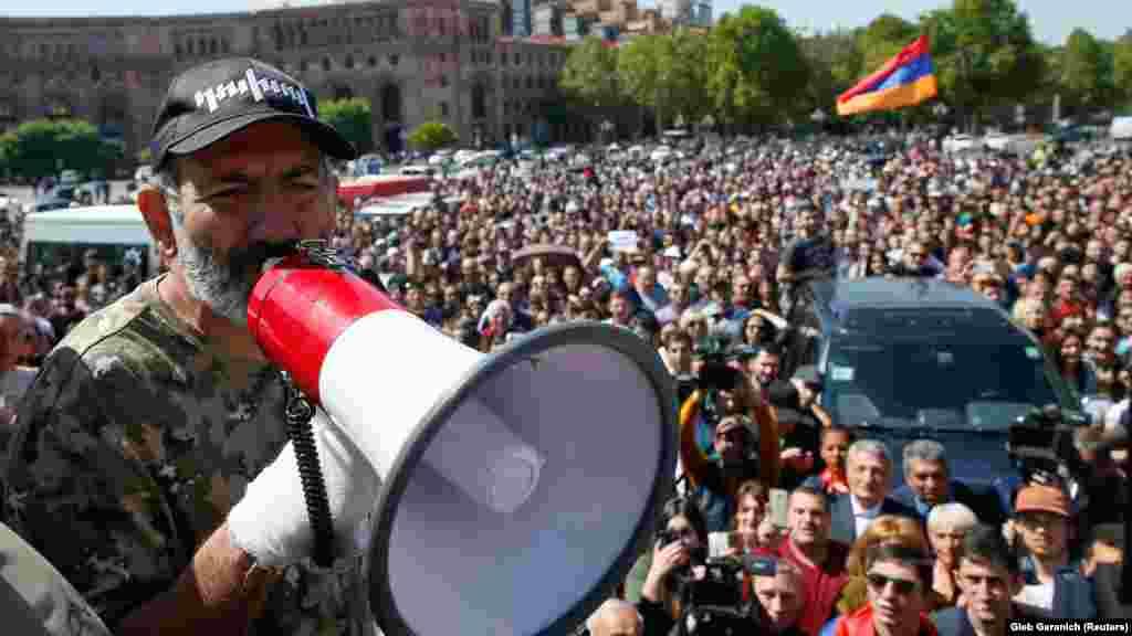 """""""Бархатная революция"""" в Армении: лидер протестов и будущий премьер Никол Пашинян выступает перед толпой. В 2018 году в Армении начались массовые протесты, которые закончились сменой власти. Их причиной стала конституционная реформа, которую инициировал бывший президент Серж Саргсян, чтобы сохранить свой пост. Когда Саргсян официально декларировал свои намерения, десятки тысяч людей вышли на улицы. На 11-й день демонстраций Саргсян ушел в отставку, а Пашинян вскоре был избран новым премьером"""