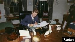 Джон Кеннеди работает с документами