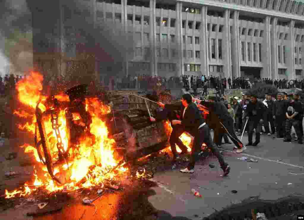 В результате массовых стычек с милицей митингующие захватили здание Дома правительства. Бишкек, 24 марта 2005