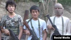 Одним из героев видео может быть 23-летний Аскарбек Андабаев (в центре) из Баткенской области Кыргызстана