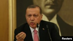 Реджеп Эрдоган на фоне портрета Ататюрка
