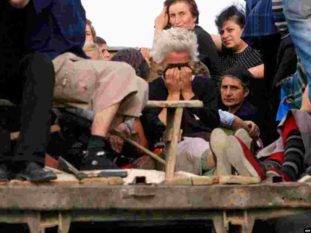 Грузинские беженцы на грузовиках уезжают в Тбилиси, чтобы избежать встречи с российскими военными. 13 августа 2008