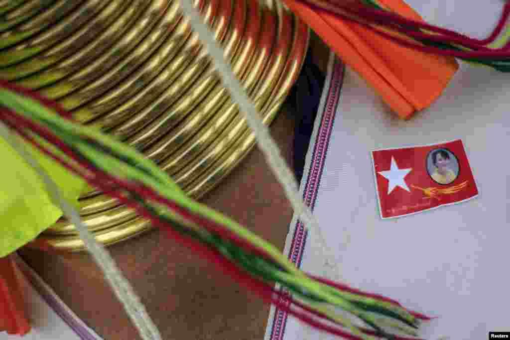 В Мьянме до 2011 года процветала военная диктатура. До 2015 года страна находиась в переходном режиме. Только сейчас в стране пройдут первые демократические выборы. На фото - традиционные шейные кольца, которые в Мьянме носят некоторые женщины. На одежже - стикер Национальной Демократической Лиги, одной из партий, участвующих в выборах