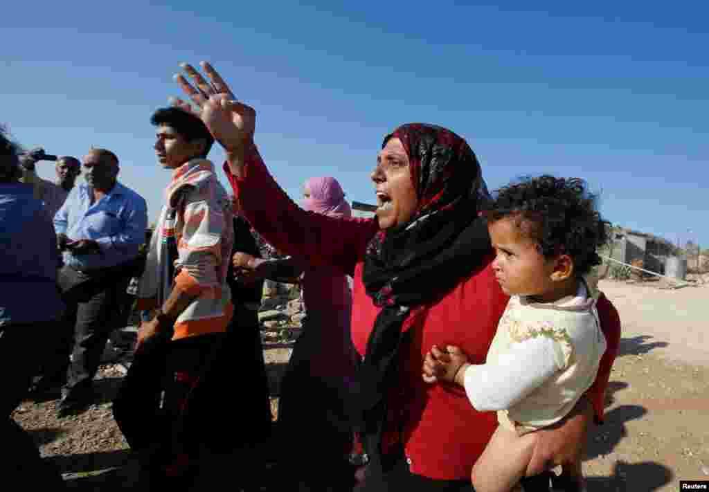 Трактор сносил дома на глазах у жильцов.27 палестинцев, включая 16 детей, остались без жилья